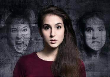Eine Frau zeigt unterschiedliche Gesichtsausdrücke.