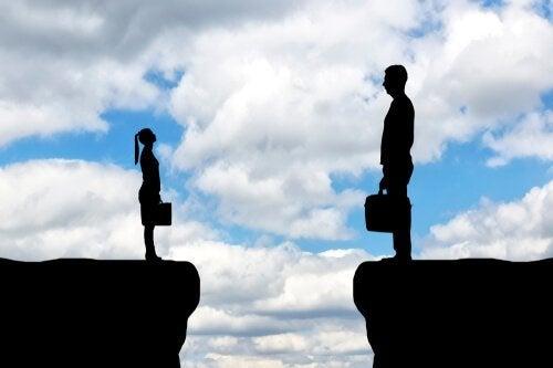 Kleine Frau steht großem Mann gegenüber.