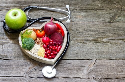 Gesunde Lebensmittel, die in einer herzförmigen Schale auf einem Tisch stehen.