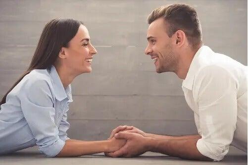 Paar hält sich verliebt an den Händen und sieht sich an