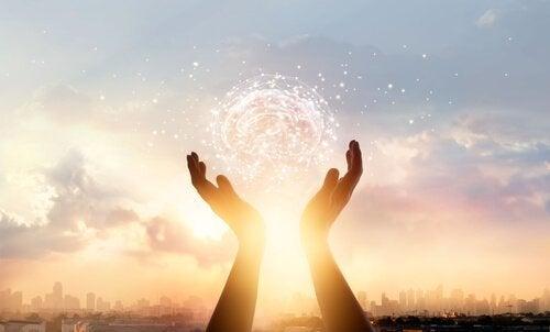 Unser Gehirn kann uns heilen - Zwei Hände scheinen die Umrisse eines Gehirns zu halten.