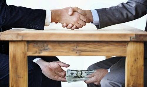 Korruption ist, wenn unterm Tisch Geld fließt.