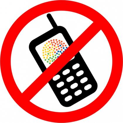 Ein Verbotsschild, das das Nutzen von Handys untersagt.