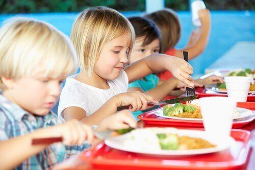 In der Schulkantine gibt es viele gesunde Speisen.