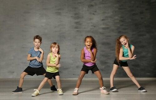 Kinder üben einen Tanz ein.