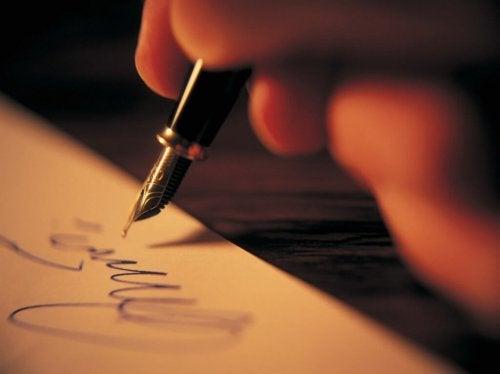 Auch das Schreiben von Gedichten ist eine Übung der Kunsttherapie für Erwachsene.