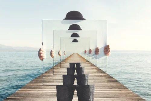 Mann mit unendlicher Reihe an Spiegeln