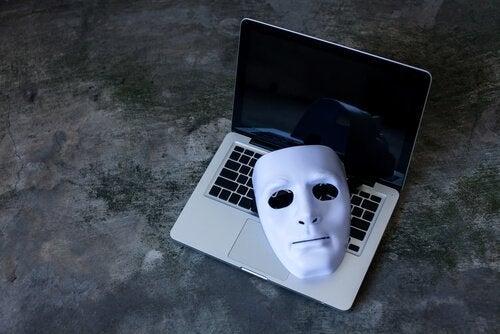 Eine Phantommaske liegt auf der Tastatur eines Laptops.