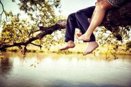 Paar auf einem Baum