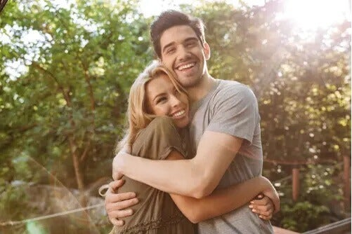 Paar umarmt sich lachend