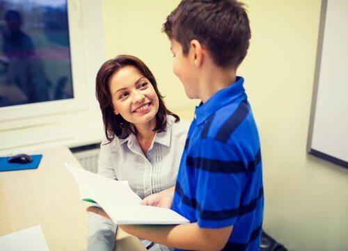 Ein Schulpsychologe, der einem Kind hilft