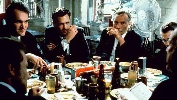 Männer sitzen an einem Tisch versammelt