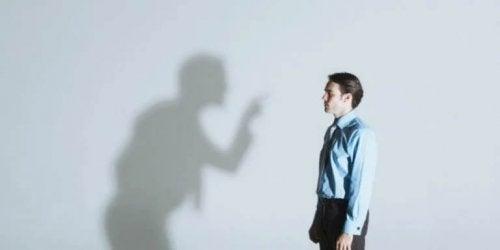 Ein Schatten kritisiert einen Mann
