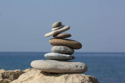 Ein Turm aus Steinen