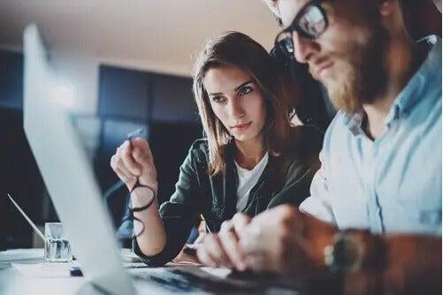 Zwei Forscher sitzen vor einem Computer.