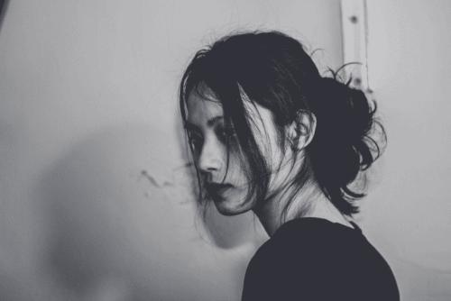 Ein trauriges Mädchen, das Opfer von sexuellem Missbrauch wurde