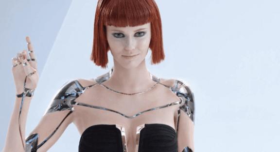 Ein weiblicher Roboter mit einer roten Perücke.