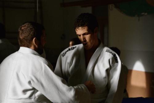 Zwei Karatekämpfer stehen sich gegenüber.