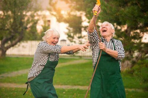 Älteres Paar hat Spaß im Garten