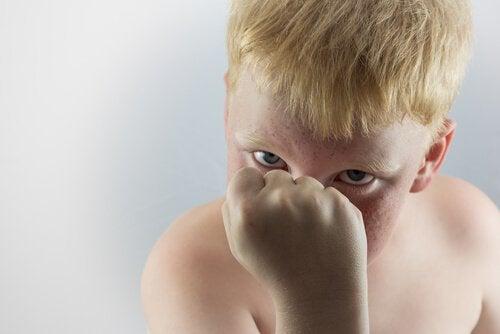 Ein Kind ballt aggressiv seine Faust.