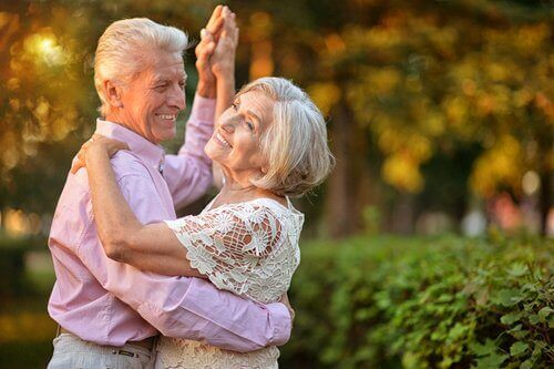 Älteres Paar tanzt