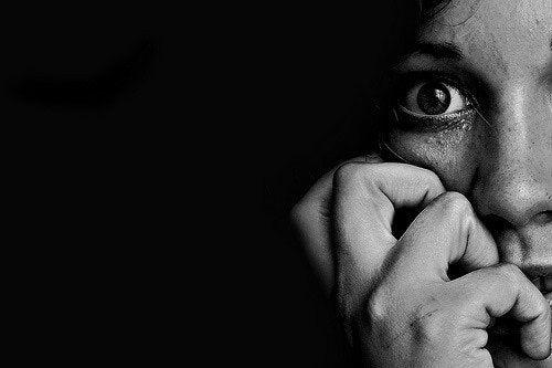 Nahaufnahme eines Gesichts, das Angst zeigt