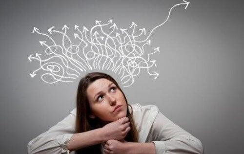 Eine Frau denkt intensiv über ihre Zukunft nach.