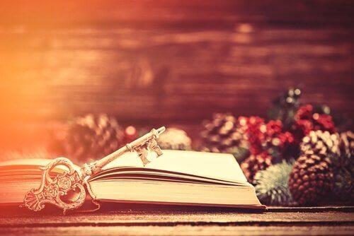 Aufgeschlagenes Buch mit Schlüssel erzählt die Geschichte von Weihnachten