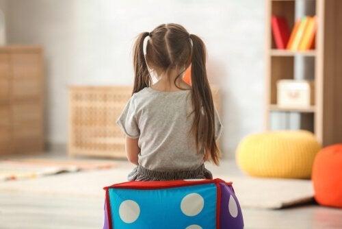 Ein Kind spielt allein in seinem Kinderzimmer.
