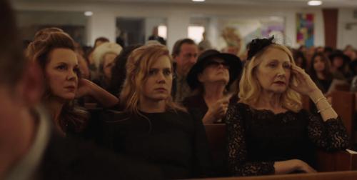 """Charaktere aus der Serie """"Sharp Objects"""" auf einer Beerdigung"""