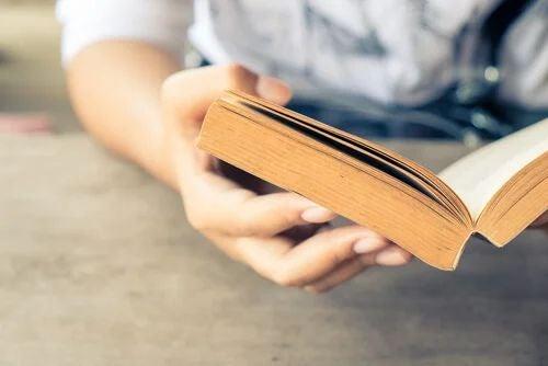 Buch über Holztisch