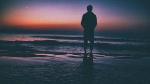 Einsamer Mann am Strand
