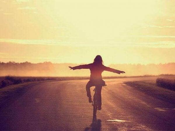 Eine Frau fährt im Sonnenuntergang Fahrrad.