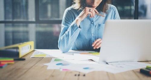 Frau ist dabei, mehr für ihre berufliche Karriere zu tun
