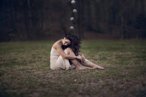 Traurige Frau auf einer Wiese