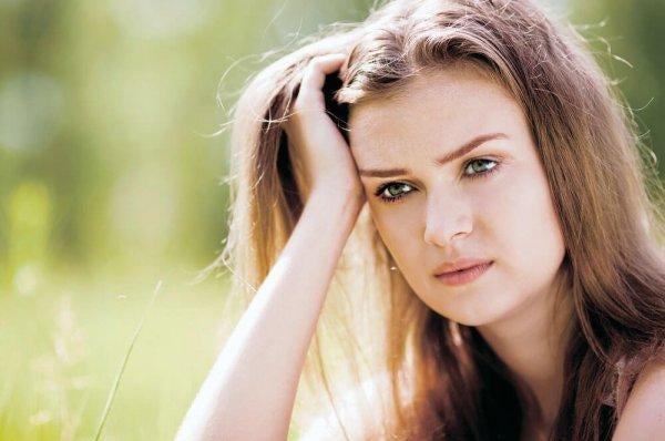 Eine Frau stützt ihren Kopf auf und denkt über positives Frustmanagement nach.