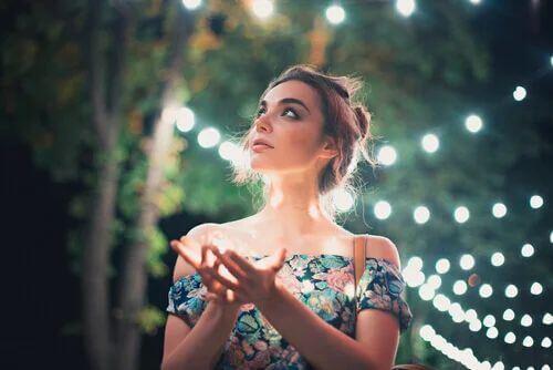 Frau vor Licht mit Licht in der Hand