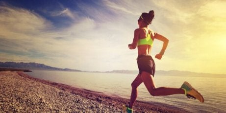 Eine Frau joggt am Strand.