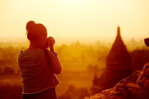 Auf ihrer Reise macht eine Frau ein Erinnerungsfoto.