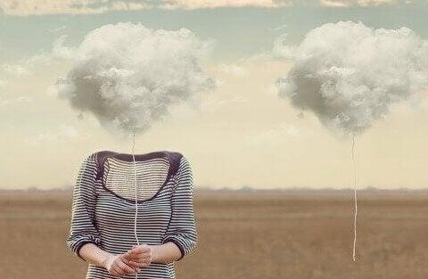 Frau, deren Kopf durch eine Wolke ersetzt wurde