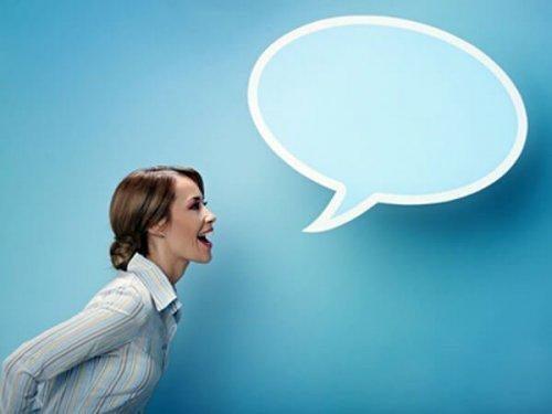 Frau vor blauem Hintergrund mit Sprechblase