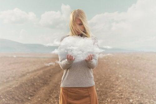 Diese Frau hält eine Wolke in den Händen.