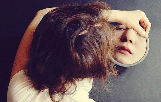 Mädchen, das in den Spiegel schaut