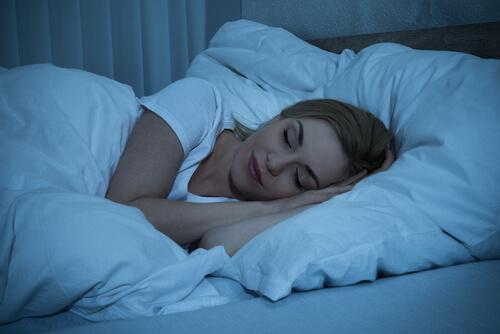 Ein Mädchen, das gut schläft