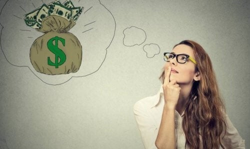 Frau träumt von Geld
