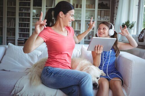 Frau vertieft die Bindung zu ihrer Tochter