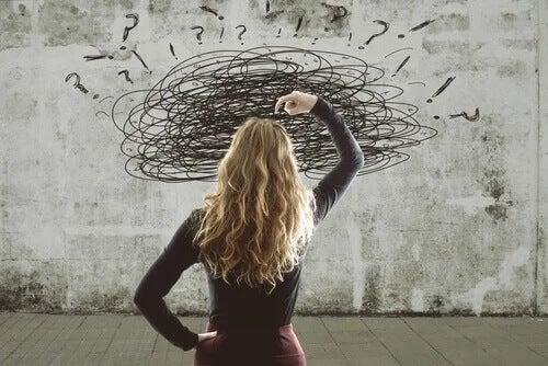 Frau sieht sich mit mehreren Problemen konfrontiert