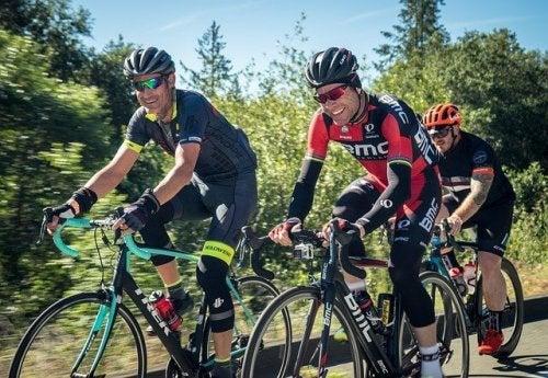 Freunde fahren zusammen Fahrrad