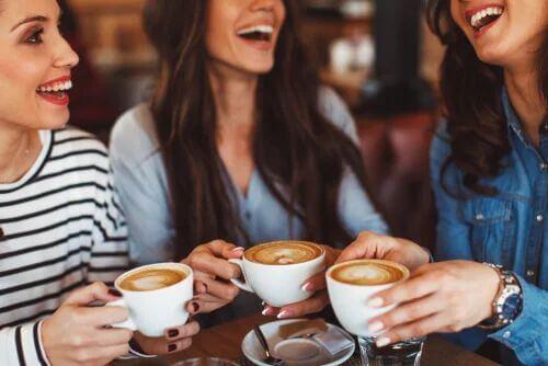 Freundinnen trinken Kaffee im Rahmen des Digital Detox