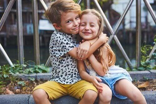 Ein Bruder umarmt seine Schwester.